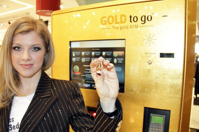 A client shows off her gold bar, bought from a Gold ATM